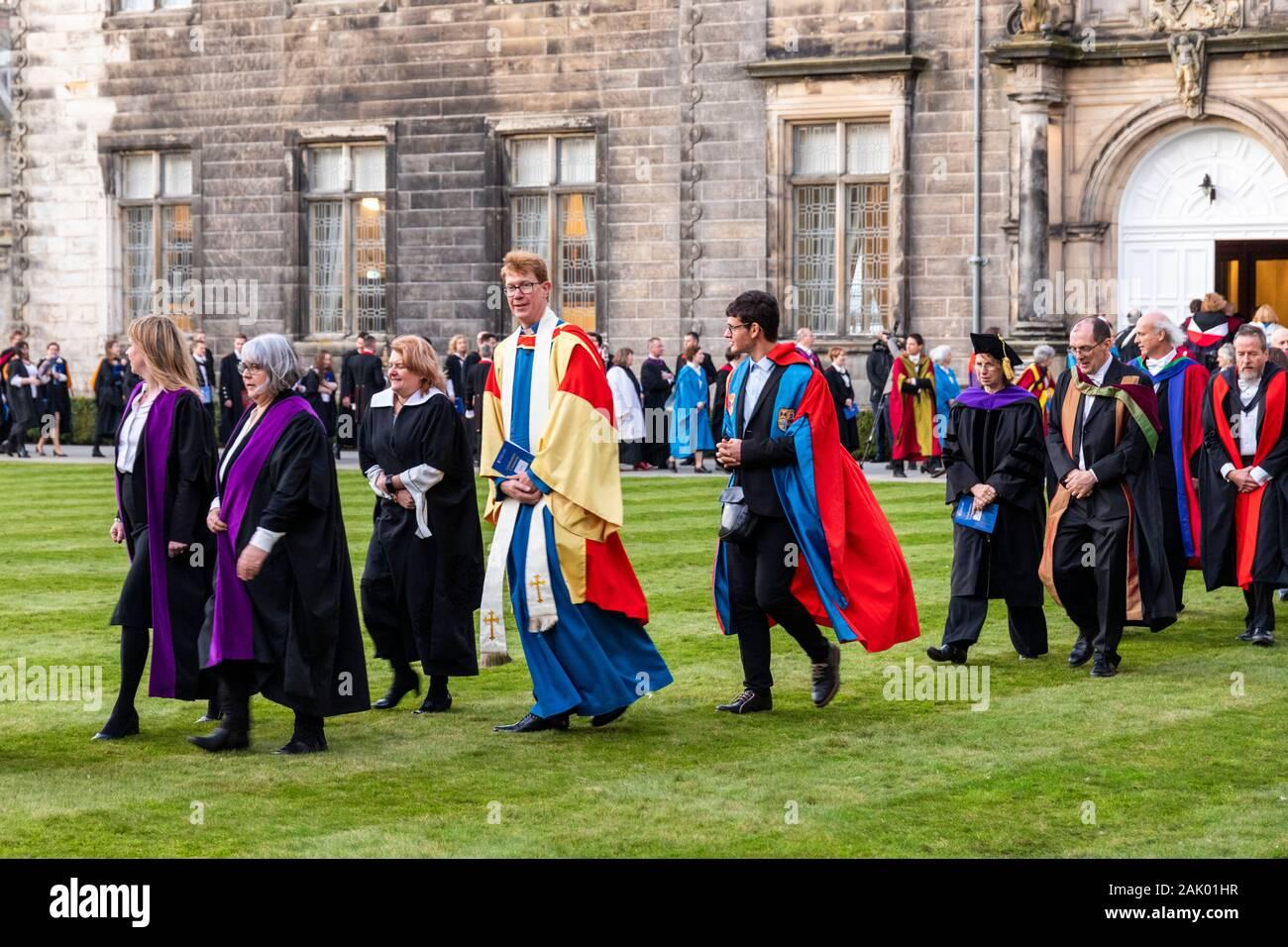 Después de la procesión de diciembre de 2019 Ceremonia de graduación de la Universidad de St Andrews que están teniendo lugar en el St Salvators Sallies quadrangle (Quad), St Andrews Foto de stock