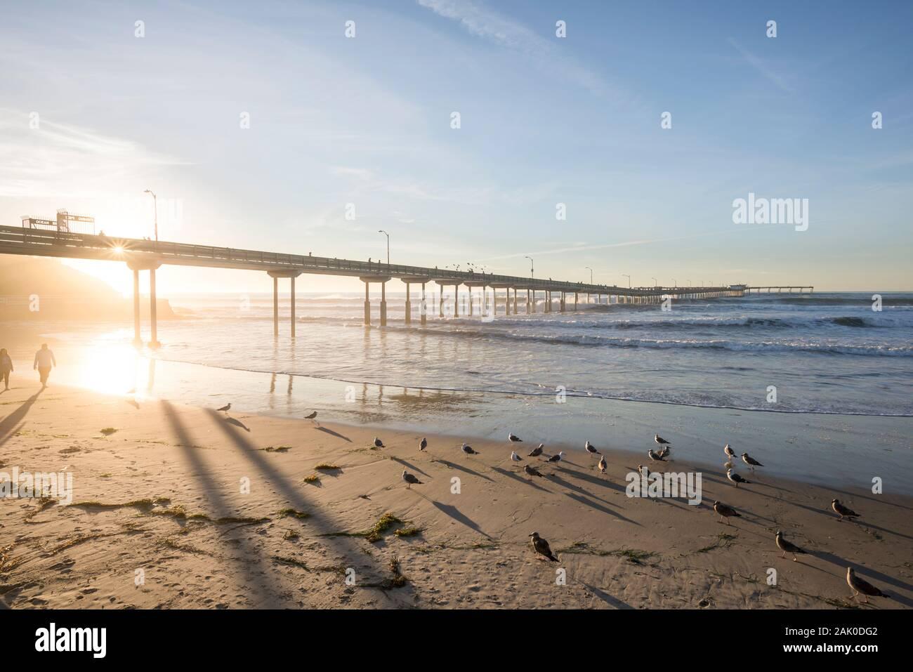 Noche de invierno costero antes del atardecer. Vista del Oceano Beach Pier. San Diego, California, USA. Foto de stock