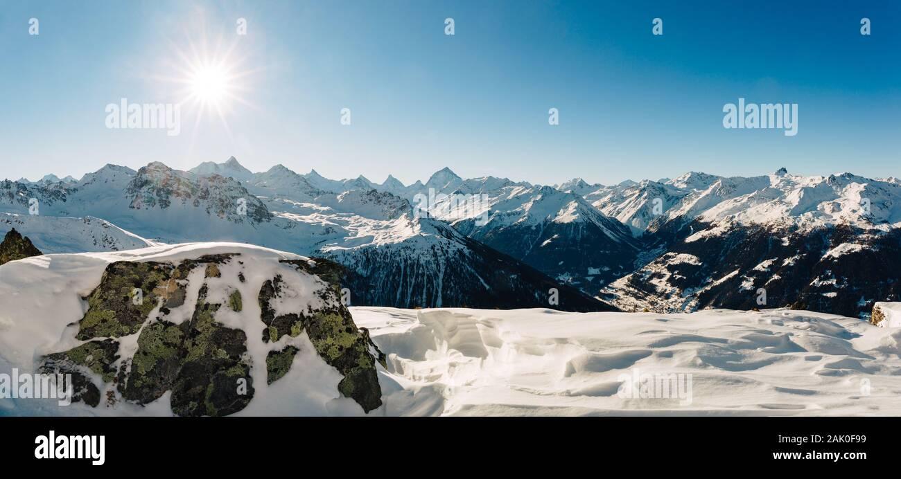 Panorama de los Alpes Suizos en el valle de Val d'Anniviers, en el cantón de Valais. Foto de stock
