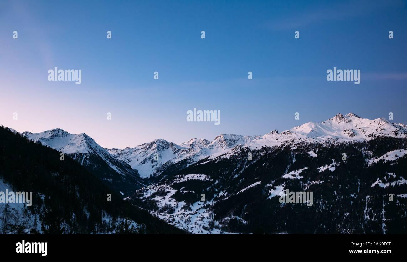 Mañana cielo de montañas nevadas al amanecer en los Alpes Suizos. Foto de stock