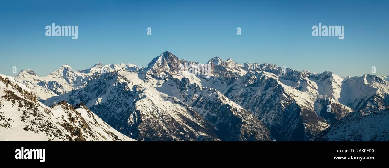 Panorama del Bietschhorn (3'934m) y las montañas de los Alpes suizos. Foto de stock