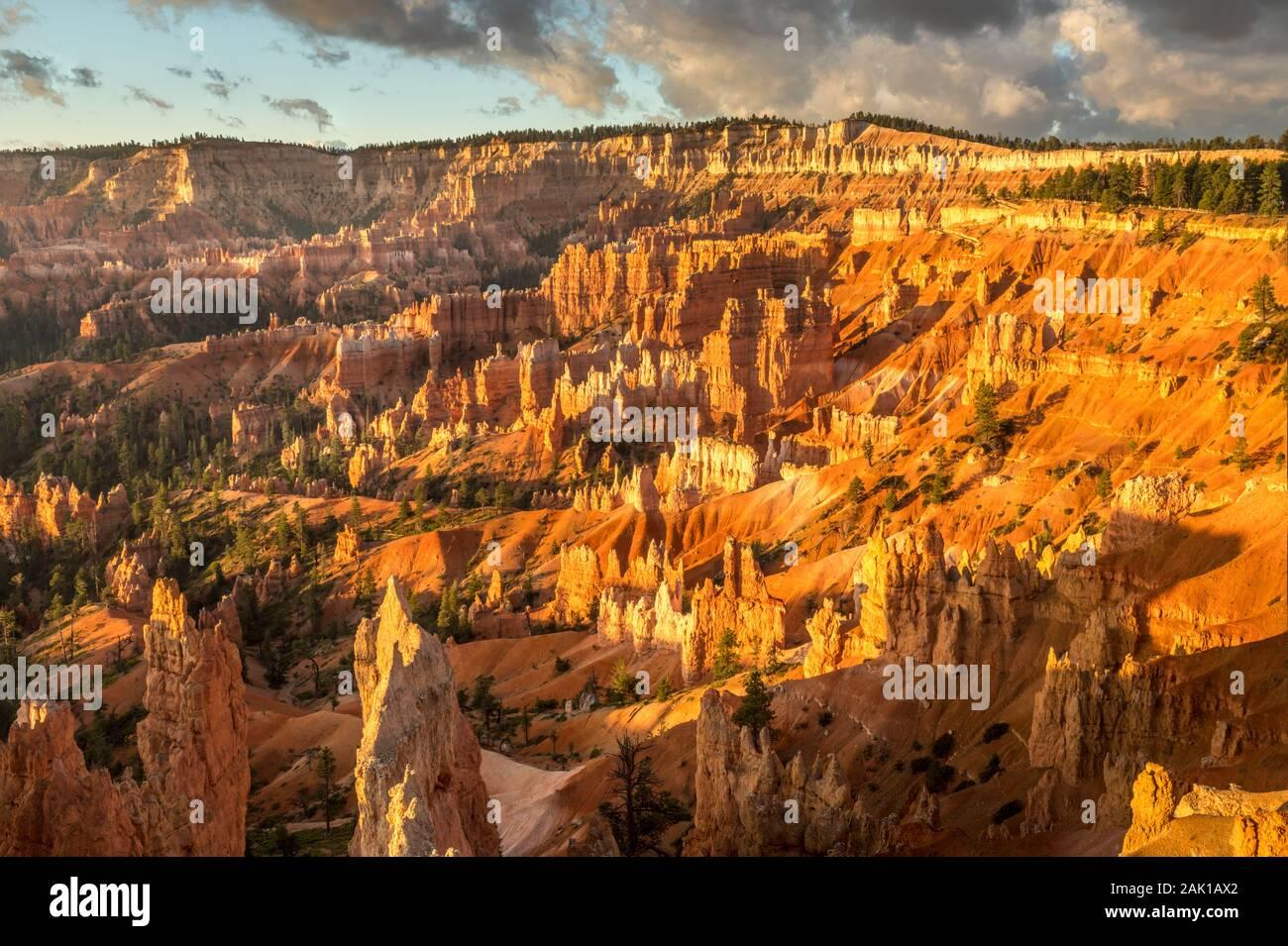 Amanecer luz golpea el anfiteatro en el Bryce Canyon Foto de stock