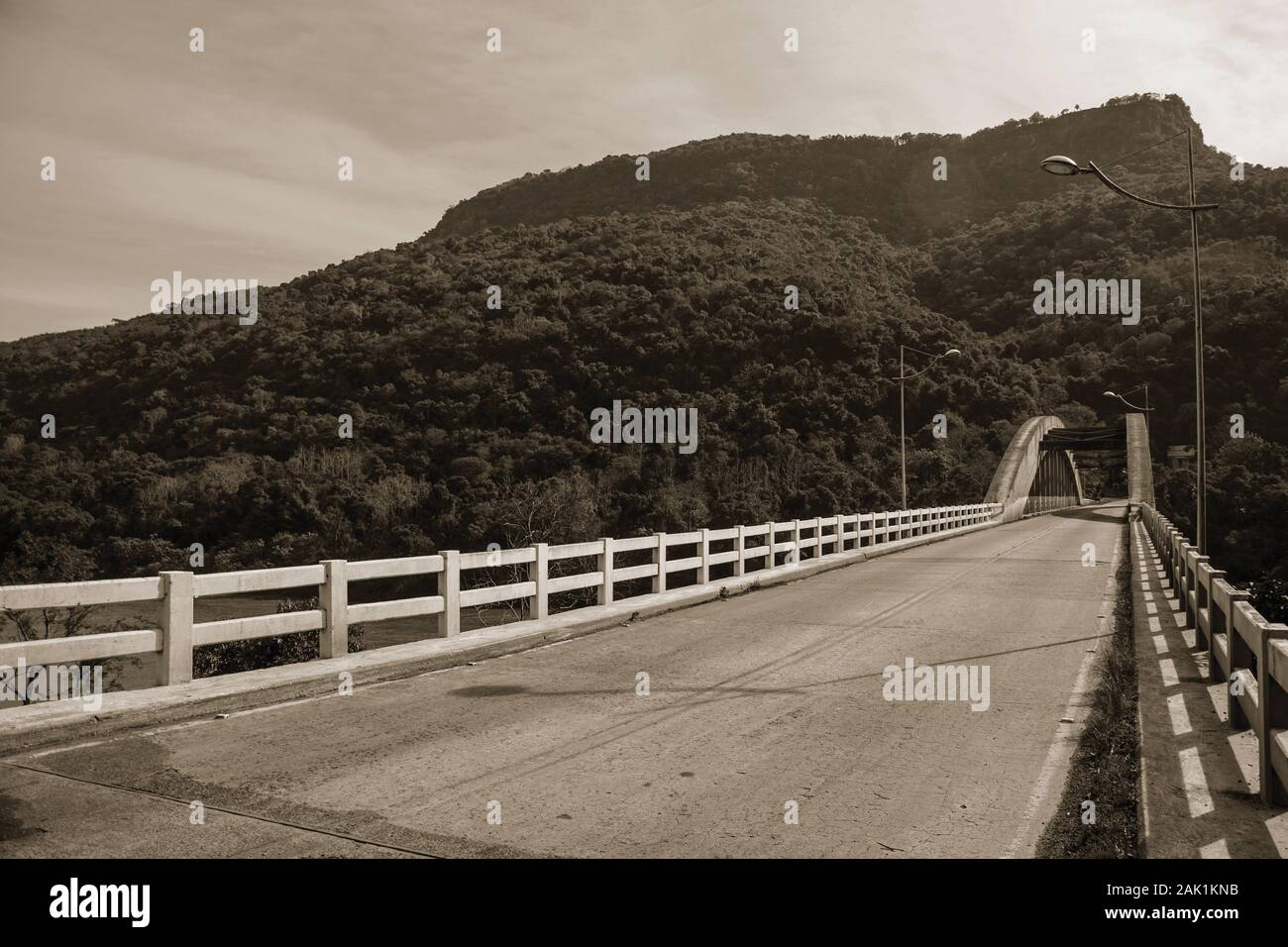 Atado-puente de arco de hormigón sobre el río Antas, en medio del paisaje boscoso cerca de Bento Gonçalves. Un país productor de vino de la ciudad en el sur de Brasil. Foto de stock
