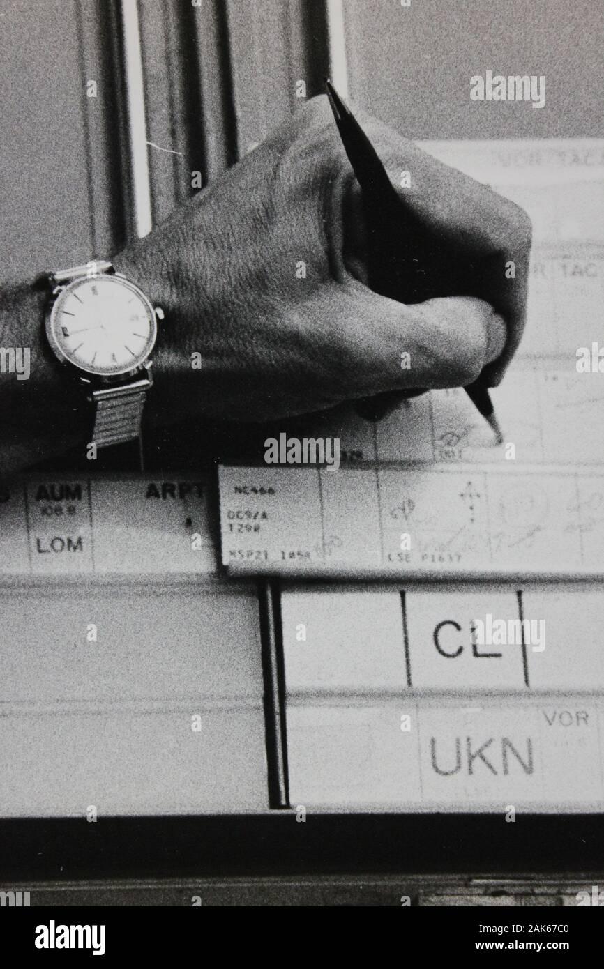 Fotografía extrema blanca y negra de una mano de los años setenta con un bolígrafo y una penalidad Foto de stock