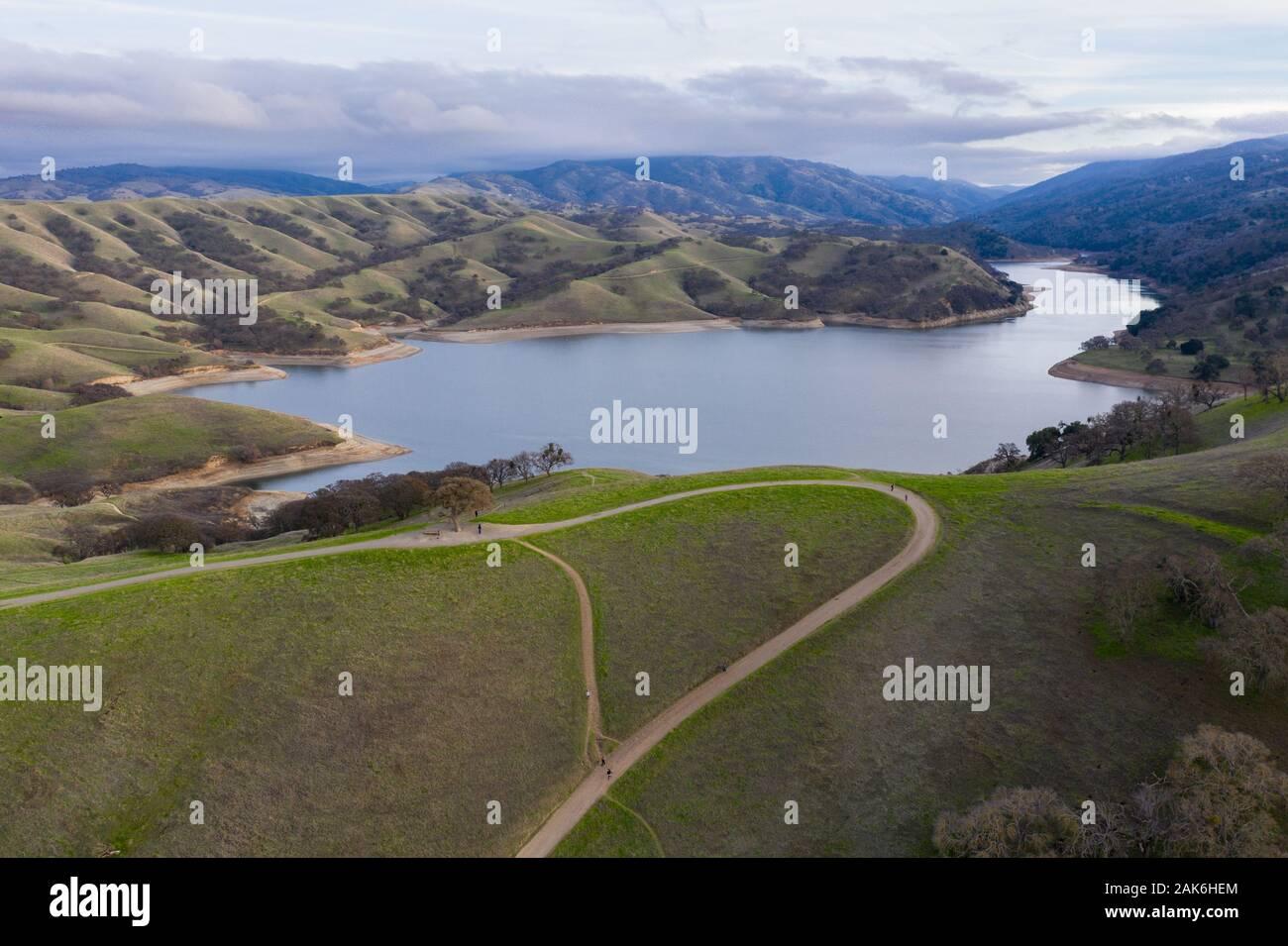 Visto desde una vista de pájaro, las colinas del norte de California, justo al este de Oakland y San Francisco, han convertido a la verde después de las lluvias del invierno. Foto de stock