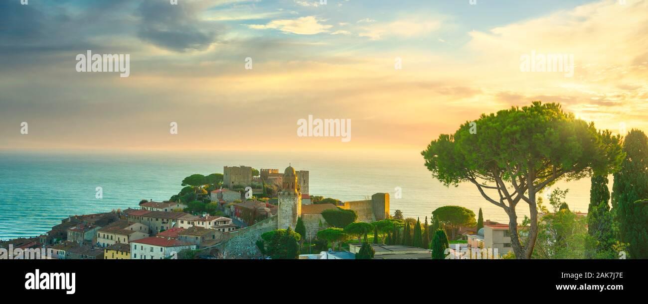 Castiglione della Pescaia, antiguo poblado de pinos y vistas panorámicas. La Maremma, Toscana, Italia Europa Foto de stock
