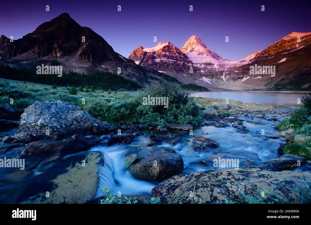 Paisaje con el lago y las montañas, Mt. Parque Provincial Assiniboine, British Columbia, Canadá Foto de stock