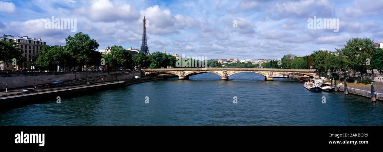 Puente Pont des Invalides y la Torre Eiffel, visto desde el río Sena, París, Francia Foto de stock
