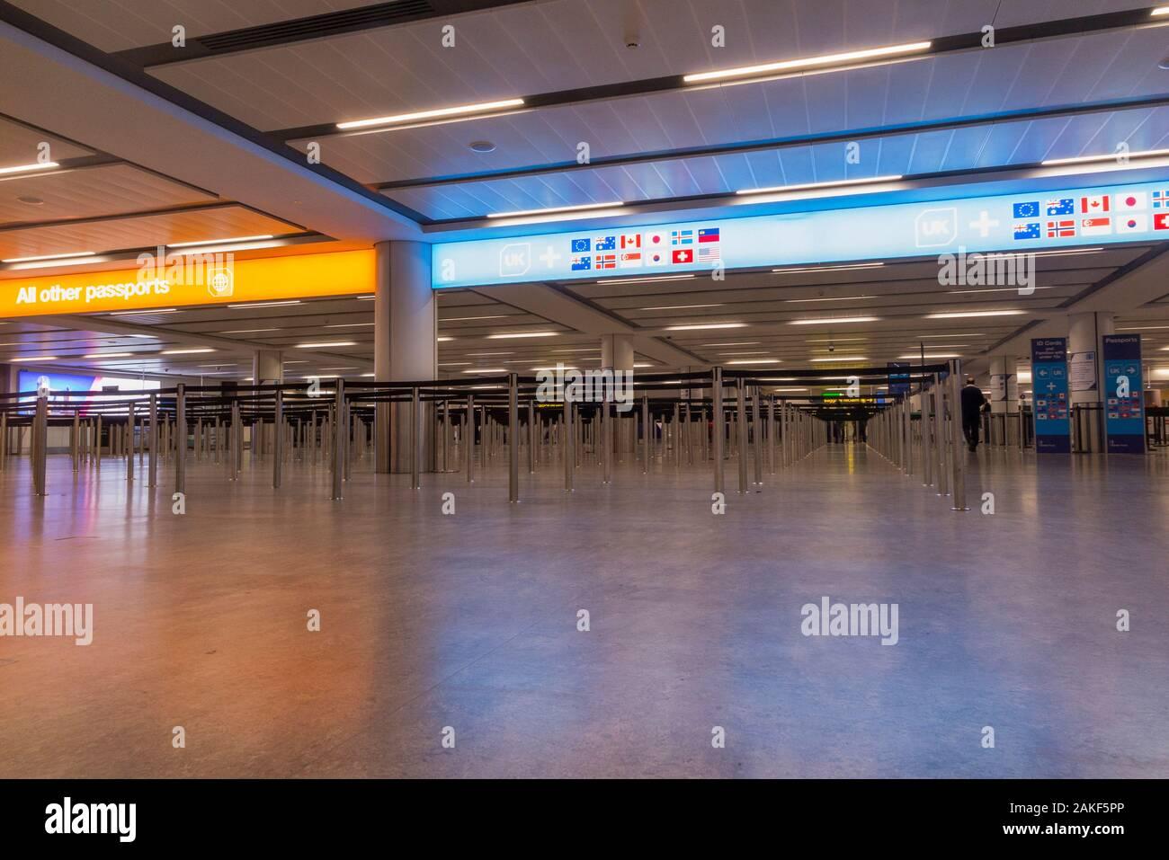 Pasaporte de inmigración y control de fronteras de encolamiento, zona de recepción / control de la cola de barreras, y UK Border force gates, en North terminal, Gatwick Airport. Londres. En el Reino Unido. (115) Foto de stock