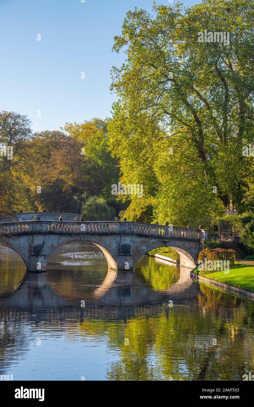 Reino Unido, Inglaterra, Cambridgeshire, Cambridge, los respaldos, Clare Puente sobre el río Cam Foto de stock