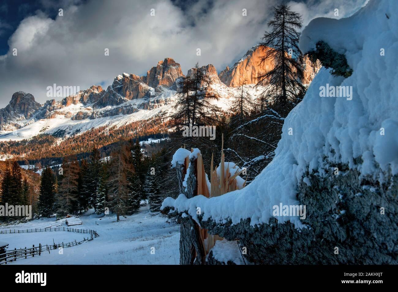 Carezza en los Dolomitas tras la fuerte tormenta Foto de stock