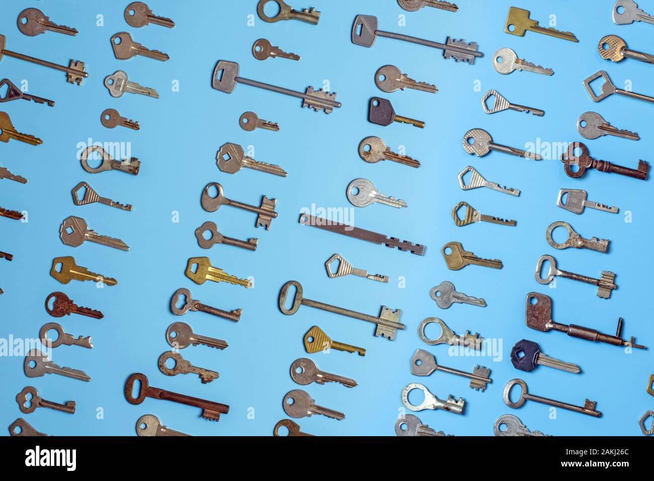 Las claves definidas sobre fondo azul. Las llaves de la cerradura de la puerta y caja fuerte de seguridad y protección de la propiedad de la casa. Diferentes antiguos y nuevos tipos de llaves. Foto de stock