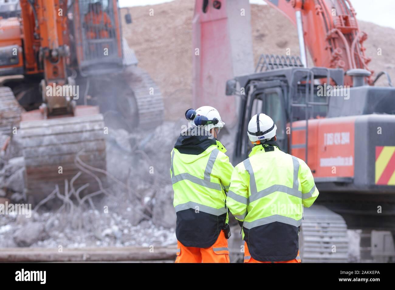 Obras manager & Project manager viendo el progreso de la demolición de un puente en la A50 en Uttoxeter Foto de stock