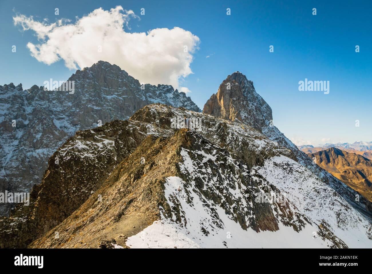 Espectacular paisaje de montaña en la zona de senderismo de Juta paisaje con montañas nevadas en el soleado día de otoño - senderismo popular en las montañas del Cáucaso, Foto de stock