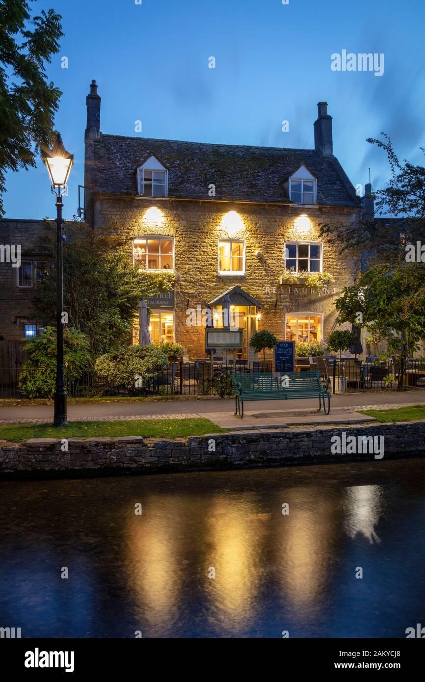 La Rose Tree Restaurant a orillas del río Windrush, Bourton sobre el agua, Gloucestershire, Inglaterra, Reino Unido. Foto de stock