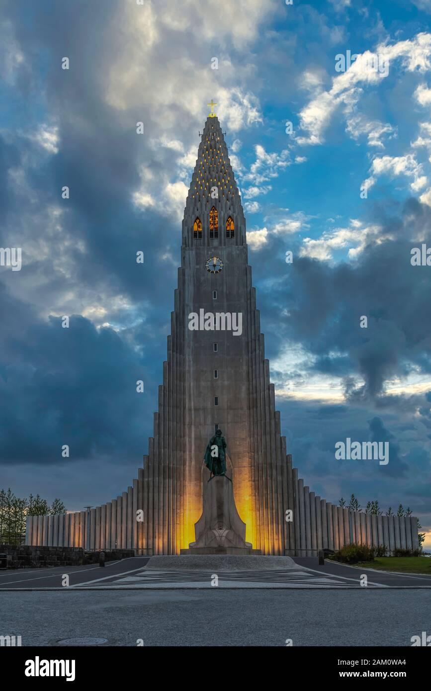 El edificio de la Iglesia Hallgrimskirkja exterior durante la noche en Reykjavik, Islandia, Europa. Foto de stock