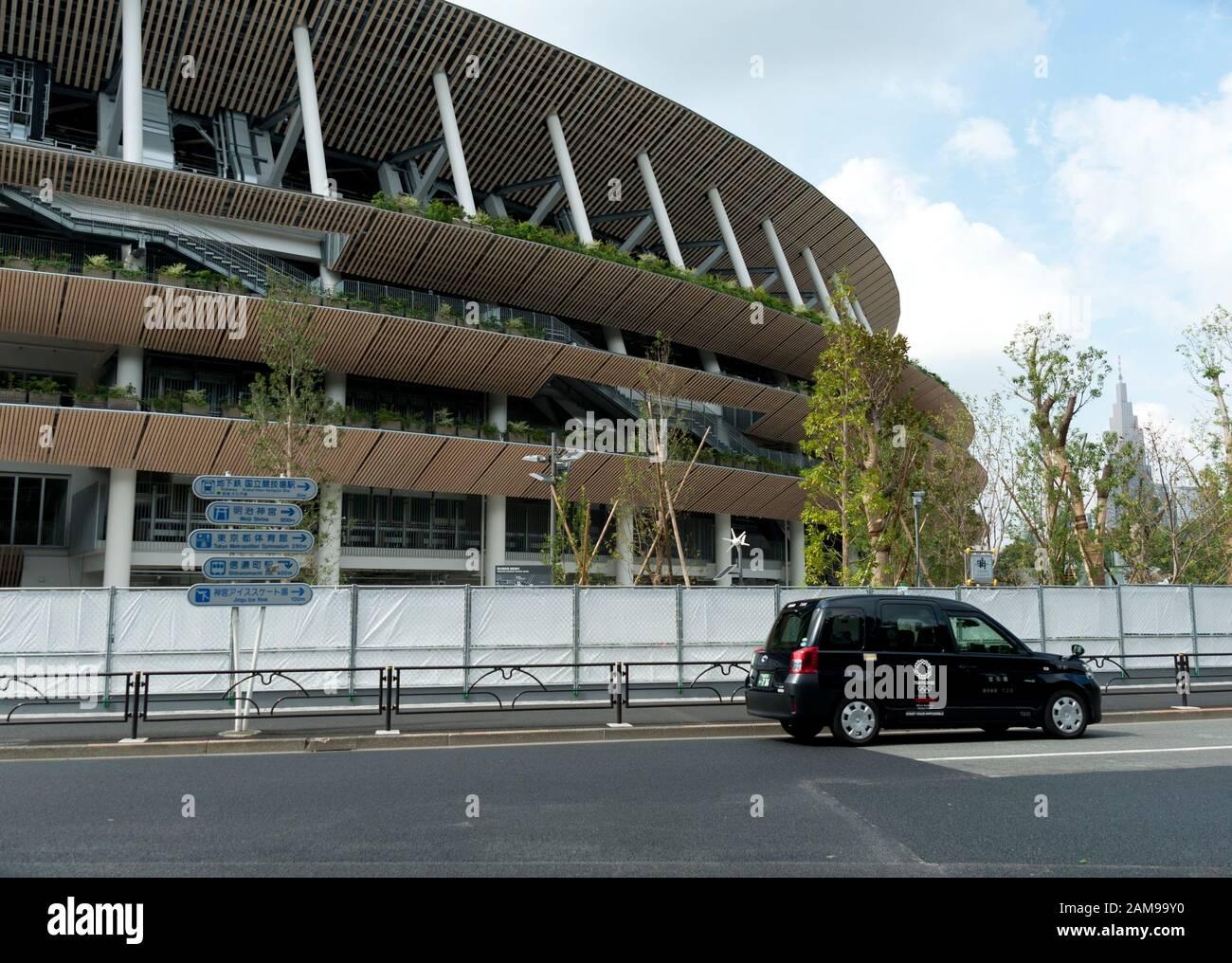 SHINJUKU CITY, TOKIO, JAPÓN - 30 DE SEPTIEMBRE de 2019: Vista parcial del nuevo estadio nacional de Tokio en construcción para los Juegos Olímpicos de 2020. Foto de stock
