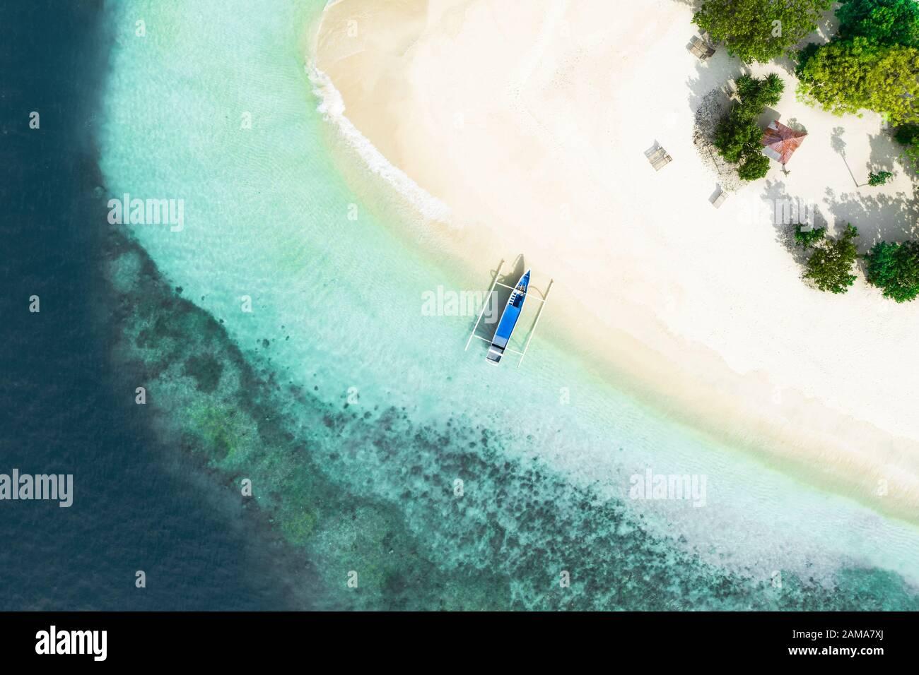 Vista desde arriba, impresionantes vistas aéreas de Gili Kedis con una hermosa playa de arena blanca bañada por una turquesa y aguas cristalinas. Foto de stock