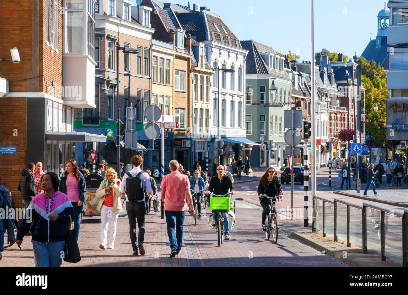 El centro de la ciudad de Utrecht estaba lleno de ciclistas y peatones no identificados en Lange Jansstraat en una tarde soleada. Países Bajos. Foto de stock
