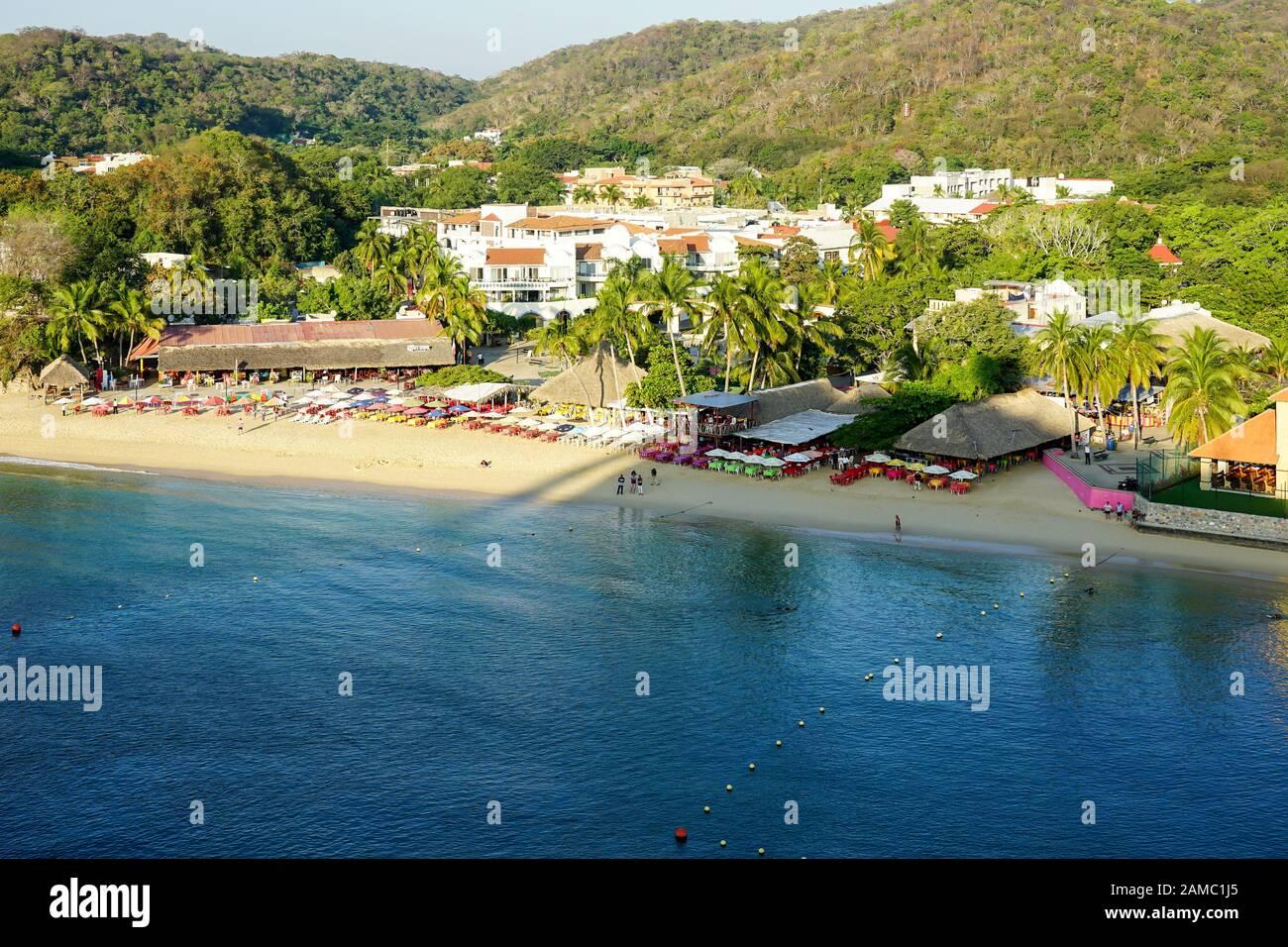 Muelle de Crucero y resort de Vista de Huatulco Bays de Huatulco, México, Bahía L'Entrega, Bahias de Huatulco, Oaxaca, Playa Santa Cruz Foto de stock