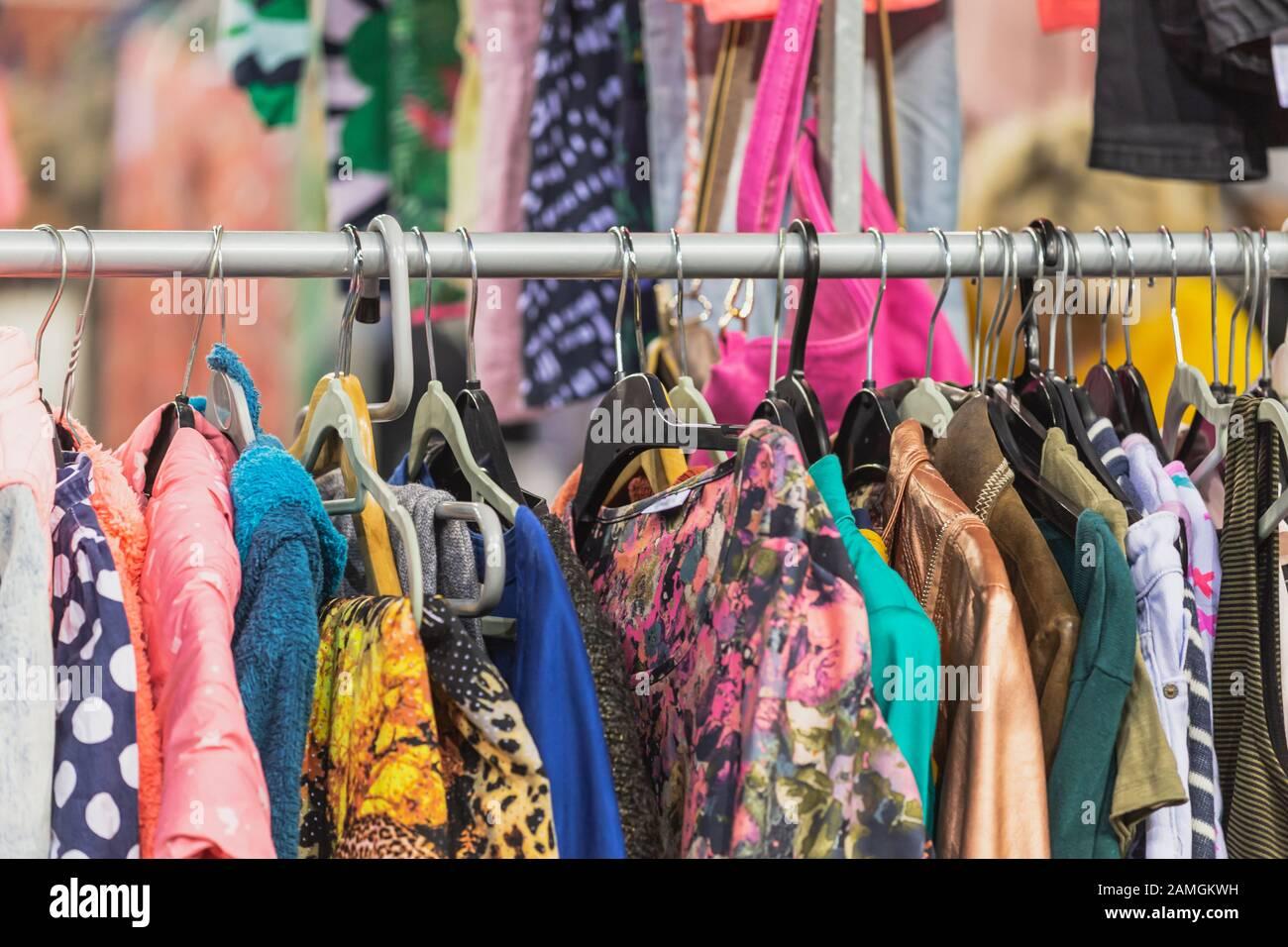 Ropa de época colgando en la percha de la ropa en un carril Foto de stock
