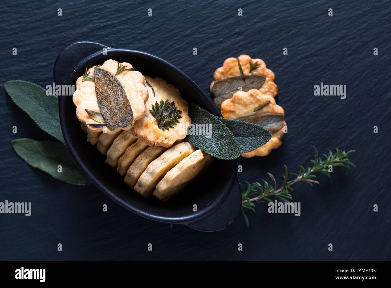 Concepto de comida saludable mezcla casera de galletas de shortbread a base de hierbas con espacio para copiar Foto de stock