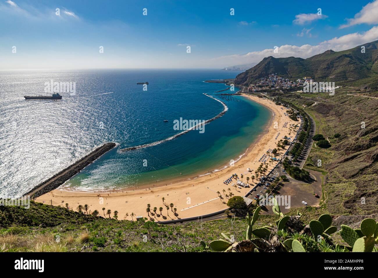 Hermosa arena blanca Playa Las Teresitas cerca de Santa Cruz de Tenerife visto desde uno de los miradores más arriba. Foto de stock