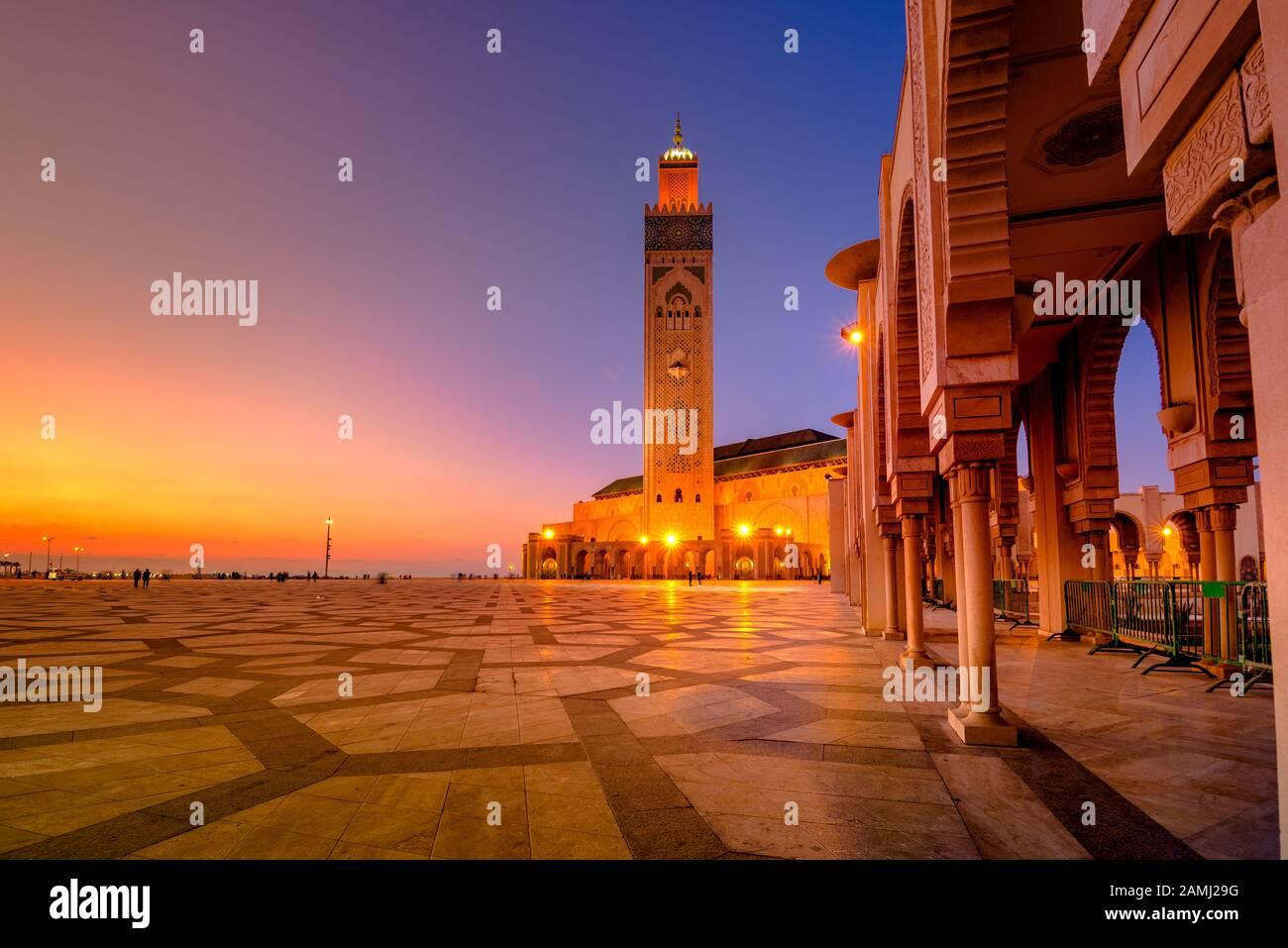 La Mezquita Hassan II es una mezquita en Casablanca, Marruecos. Es la mezquita más grande de Marruecos con el minarete más alto del mundo. Foto de stock