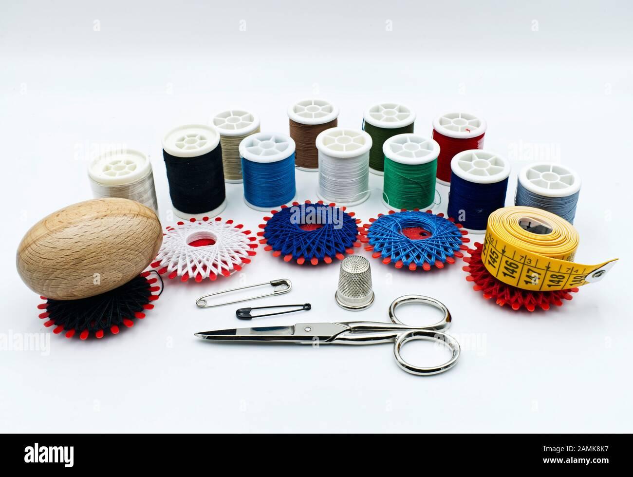 Conjunto de costura a mano aislado sobre fondo blanco Foto de stock