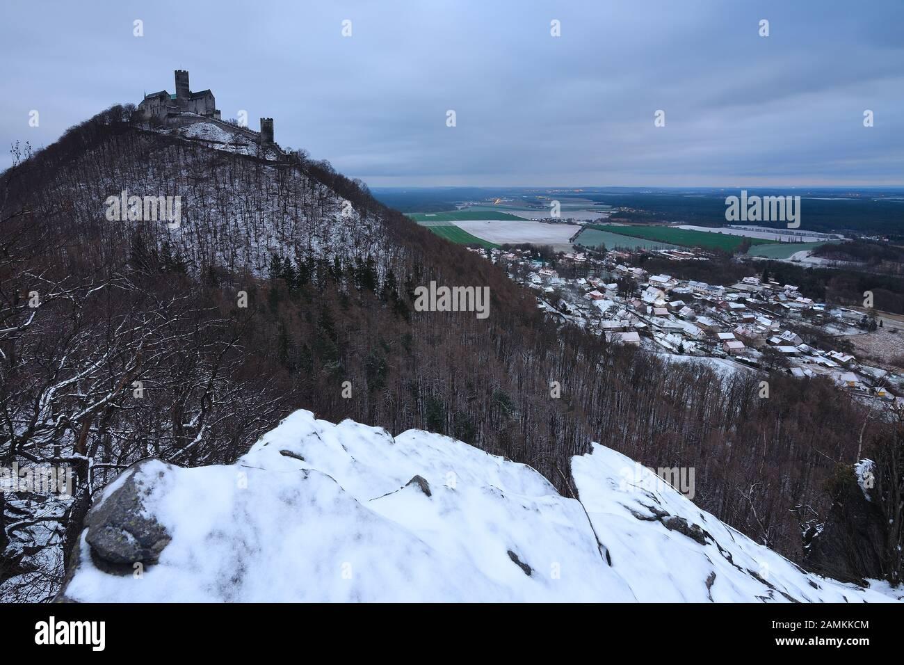 Temporada de invierno en las rocas en el castillo de Bezdez.. Paisaje de invierno azul, bosque de árboles con nieve, hielo y ríme. Foto de stock