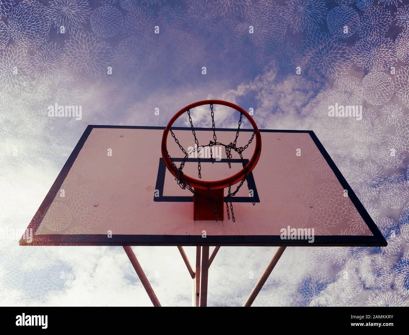 Aro de baloncesto, baloncesto net en una cancha de baloncesto en un juego de baloncesto. El fondo es el azul claro del cielo. Filtro abstracta. Foto de stock