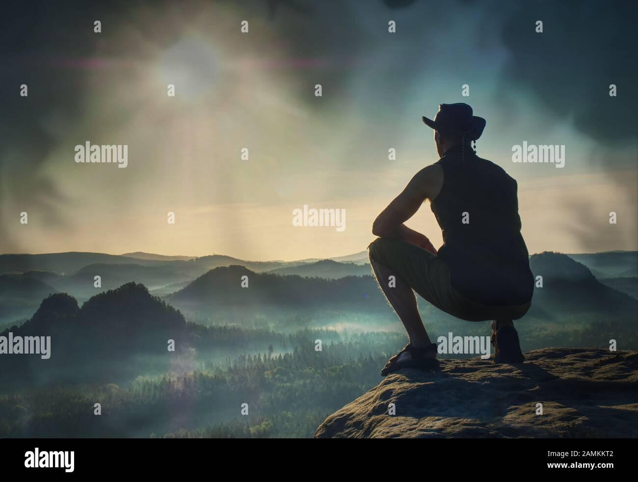Escalador busca en el paisaje desde la Cumbre afiladas. Filtro abstracta. Foto de stock