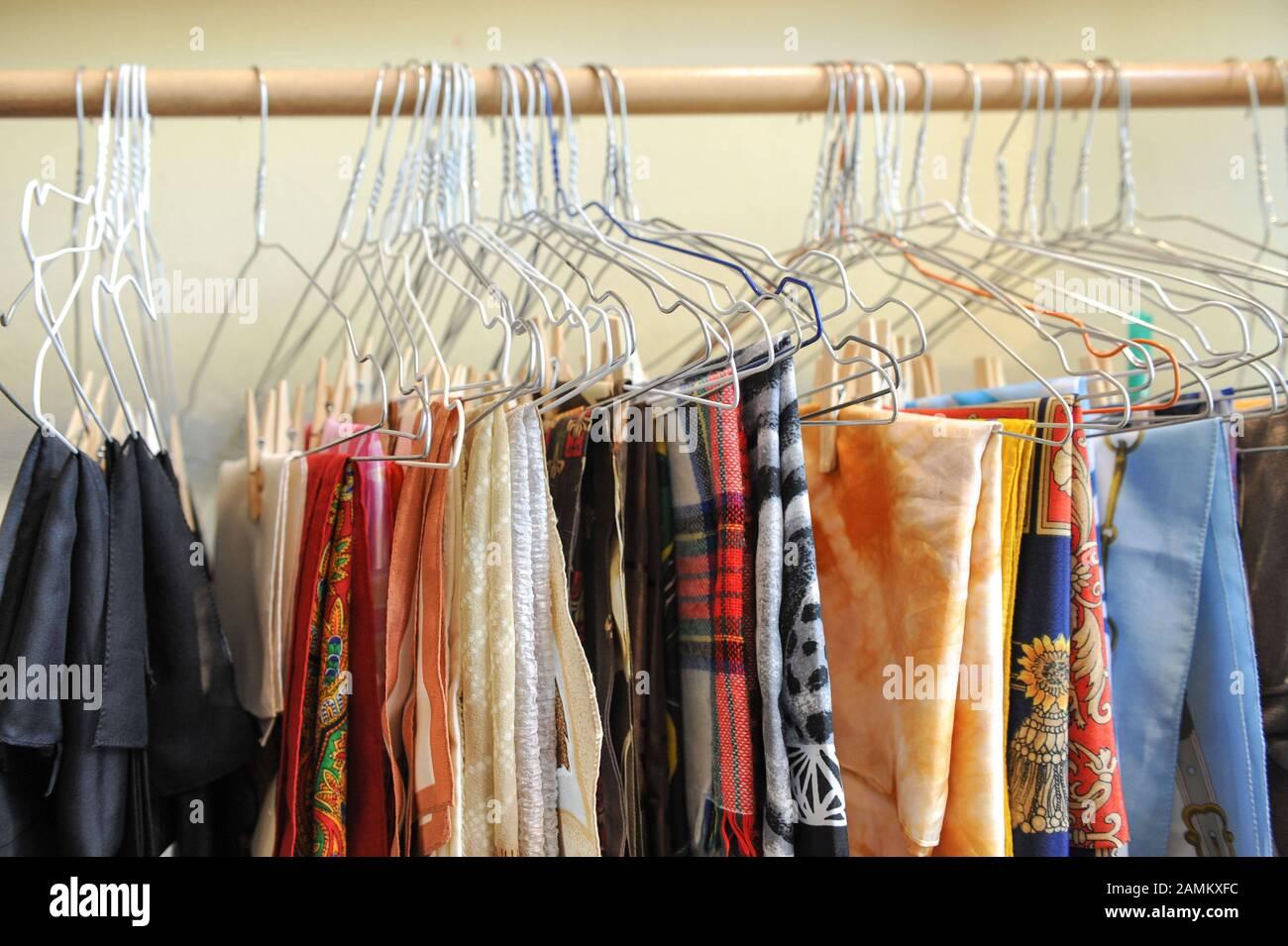 Ropa en el Kleidsam Boutique de Diakonia en Blutenburgstraße 65 en Munich, donde los empleos para las mujeres se crean vendiendo ropa de segunda mano. [traducción automática] Foto de stock