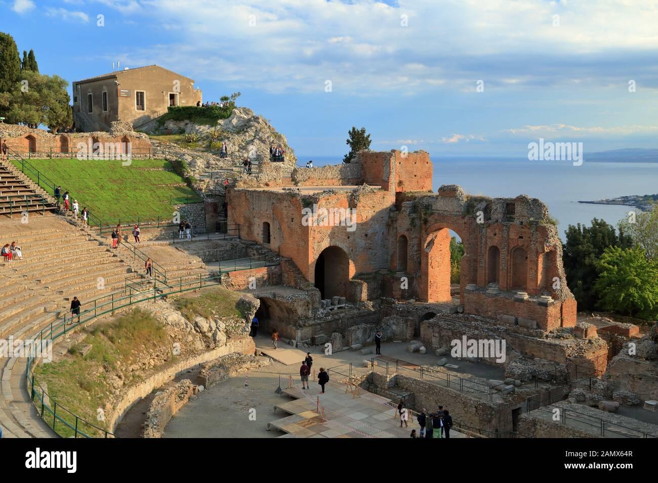 Antiguo teatro griego (Teatro Greco) de Taormina. Teatro antico di Taormina Foto de stock