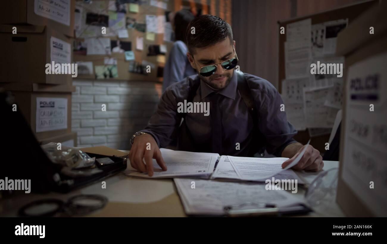 Material de archivo de caso de lectura de detective privado, buscando ubicación criminal Foto de stock
