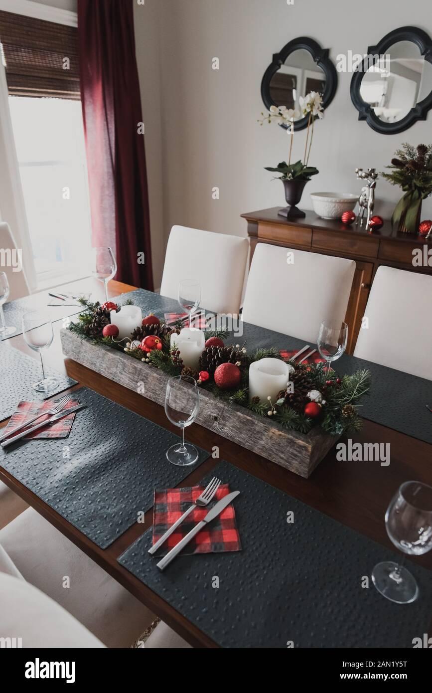 Mesa para una cena formal navideña en un comedor. Foto de stock