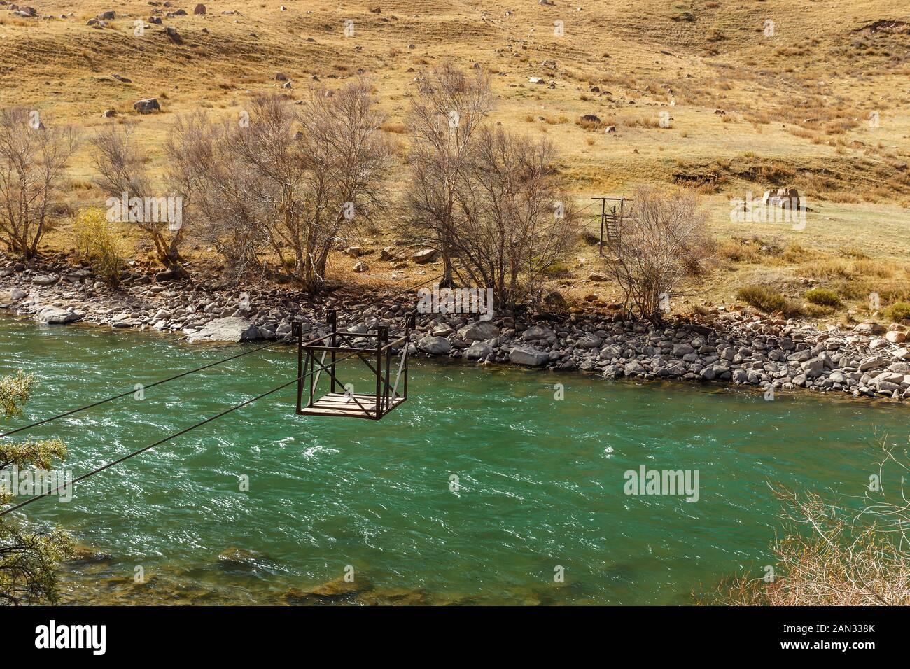 Río Djumgal Kokemeren, Kirguistán, cruzar el río, del ferry que cruza el río de montaña Foto de stock