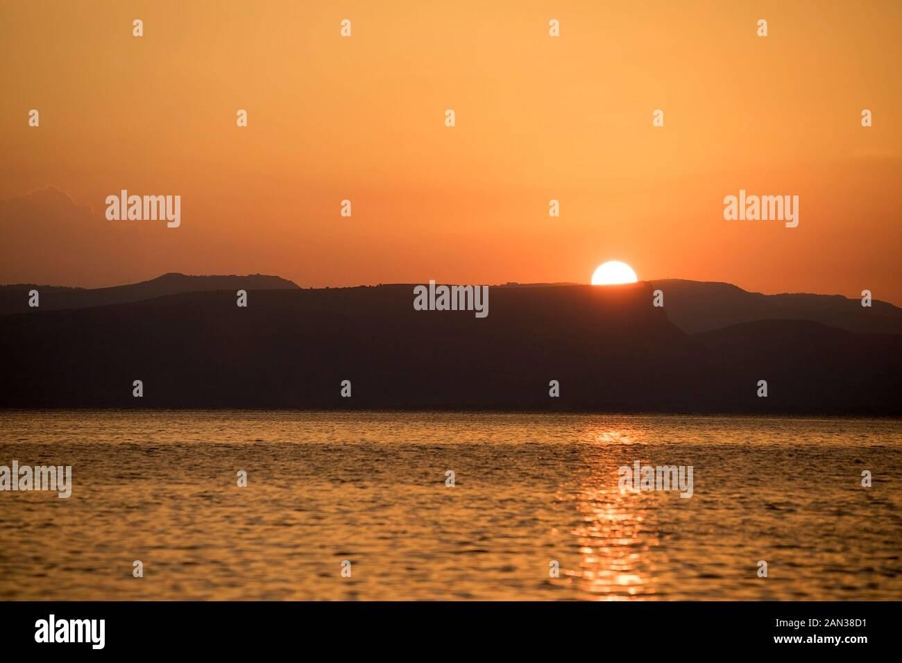 Puesta de sol sobre el mar de Galilea, el lago de agua dulce más grande de Israel Foto de stock