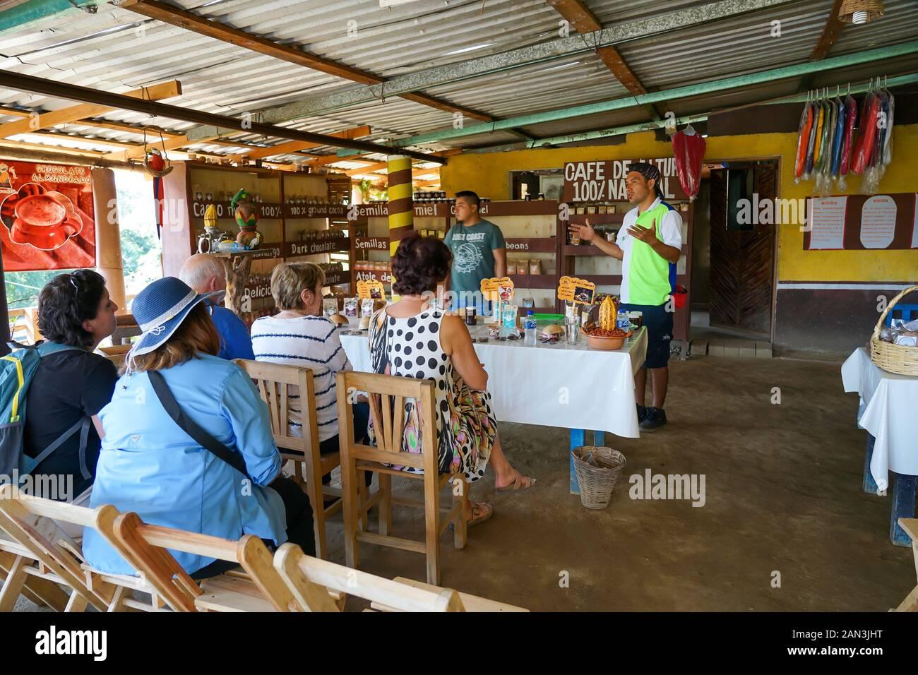 Fábrica De Chocolate Artesanal En. Mazunte, Huatulco, México, Bahía De Huatulco, Foto de stock