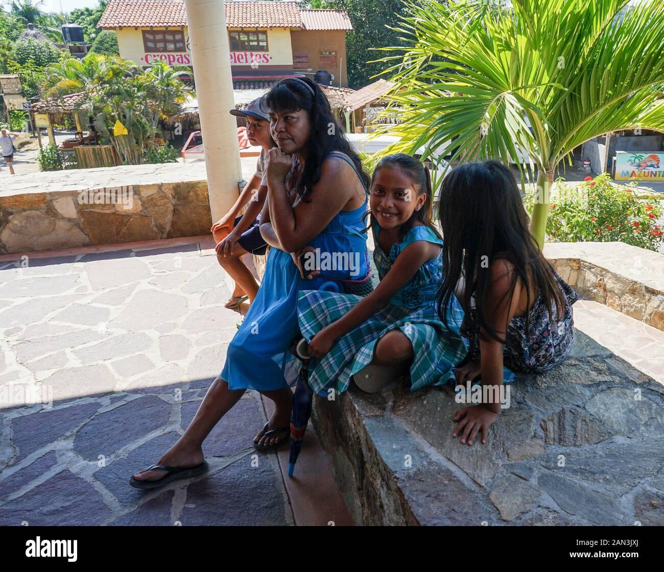 Feliz Familia Mexicana En Mazunte, Huatulco, México, Bahía De Huatulco, Foto de stock
