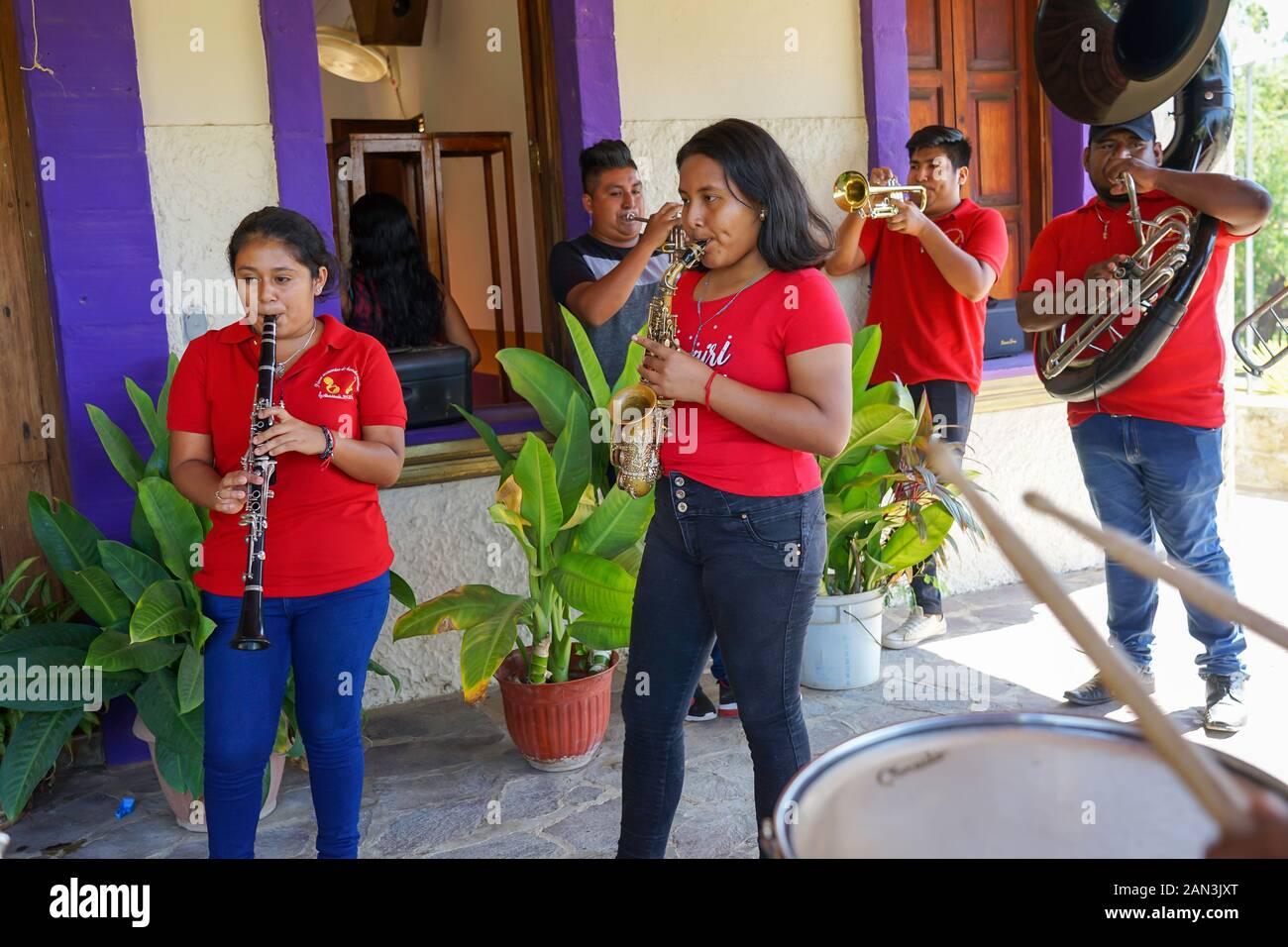 Banda de latón tocando en la iglesia local en Mazunte, Huatulco, México, Bahia de Huatulco, Foto de stock
