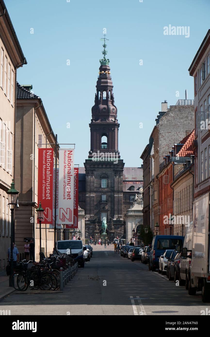 Balance Christiansborg, Copenhague, vistos a través de una calle con el Museo Nacional de Dinamarca en un lado Foto de stock