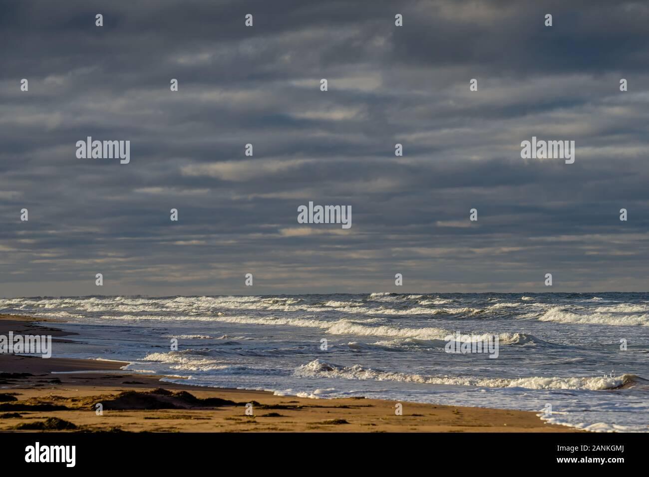 El mar embravecido rural a lo largo de las costas de la Isla del Príncipe Eduardo, Canadá. Foto de stock