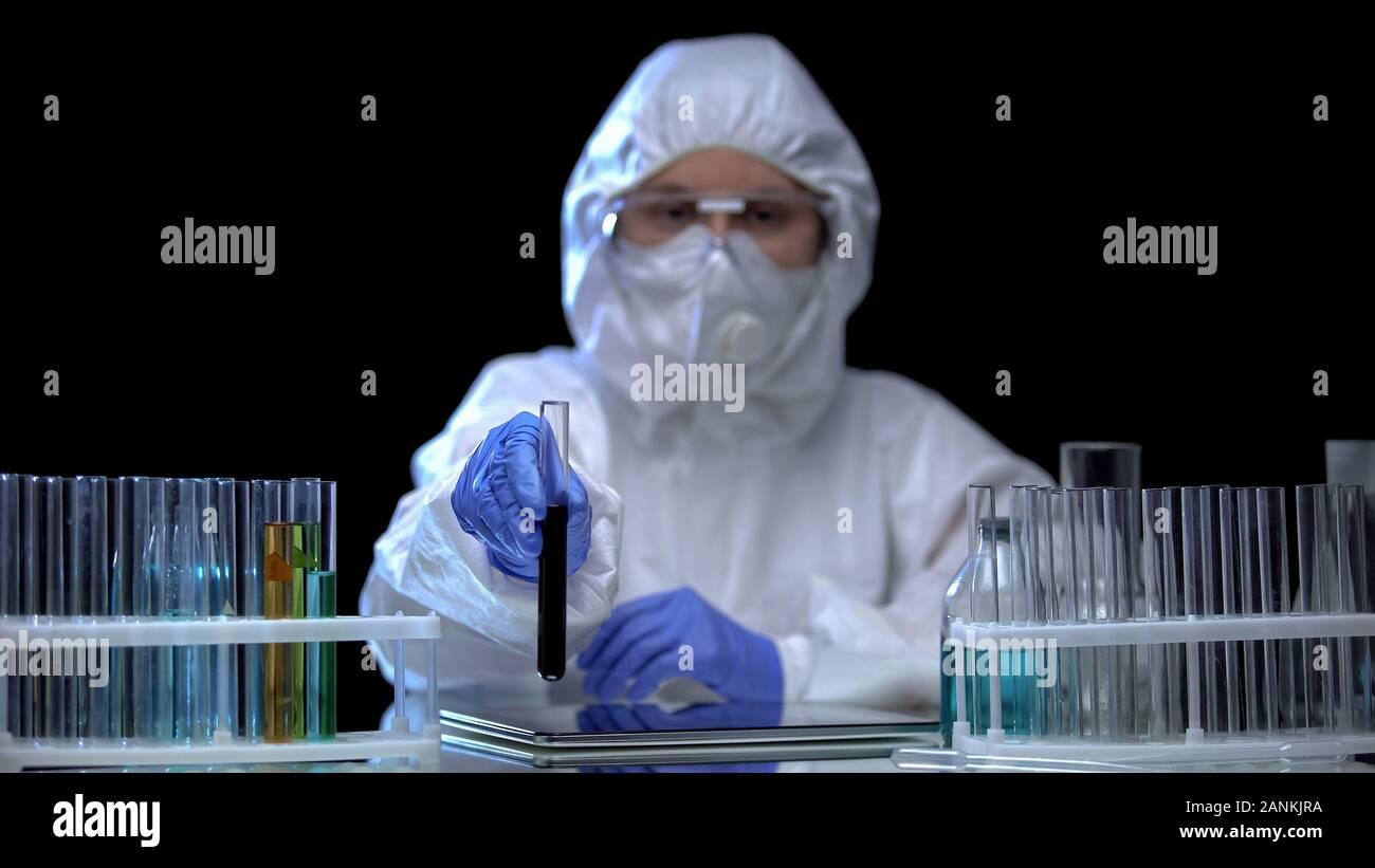Trabajador de laboratorio mostrando muestra de suelo antes de tóxicos, la contaminación de la cámara Foto de stock