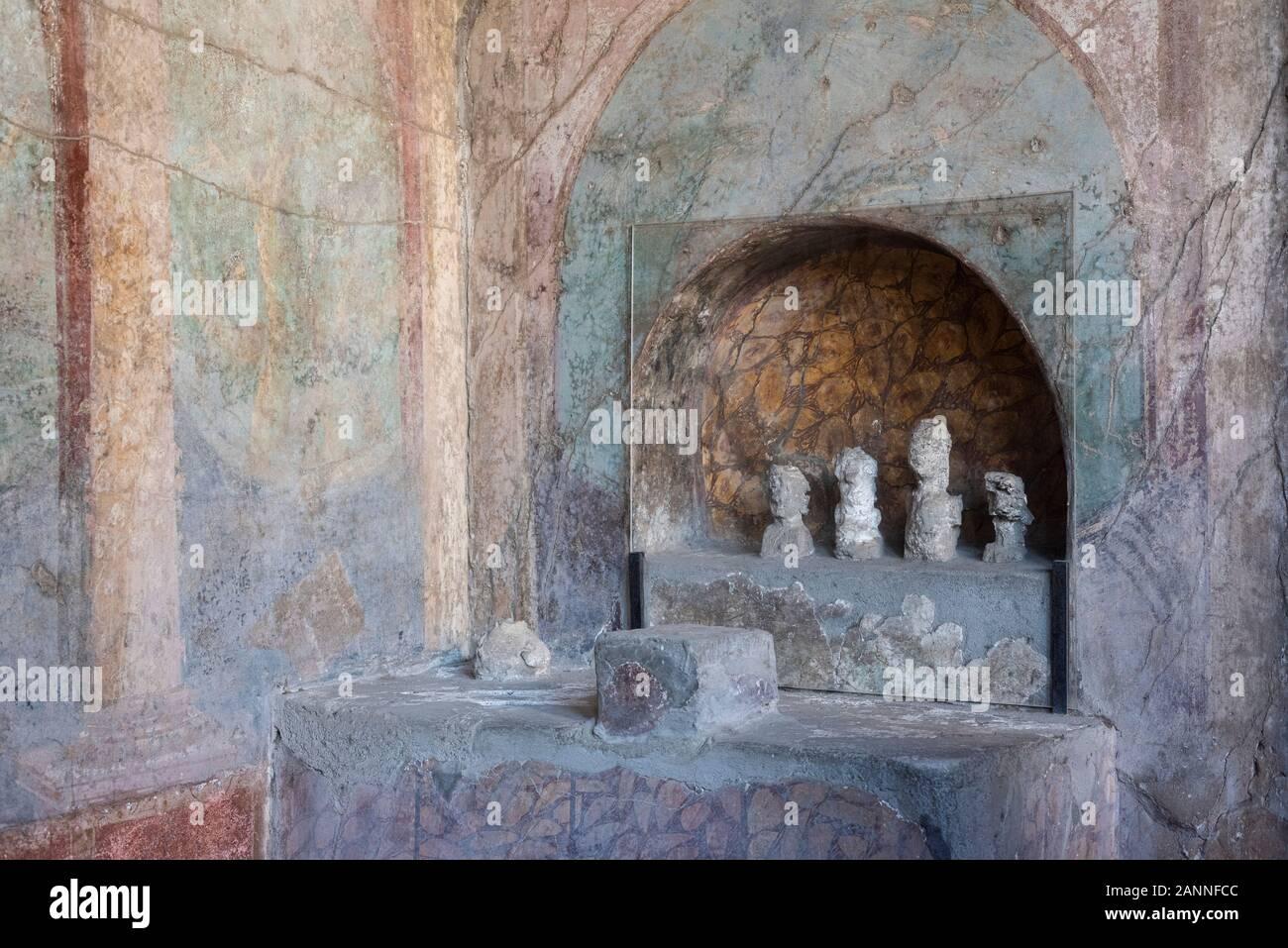 Pompei. Italia. Sitio arqueológico de Pompeya. Casa de MENANDER (Casa del Menandro). Lararium (santuario de los espíritus de la familia romana) Foto de stock