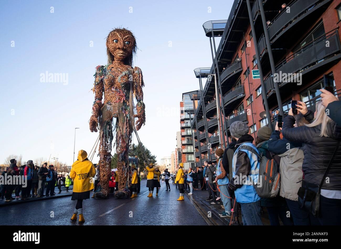 El más grande de Escocia, un títere de diez metros de altura diosa del mar llamado Storm, hecho enteramente a partir de materiales reciclados, caminando a través de Glasgow como parte de Celtic Connections 2020. Foto de stock