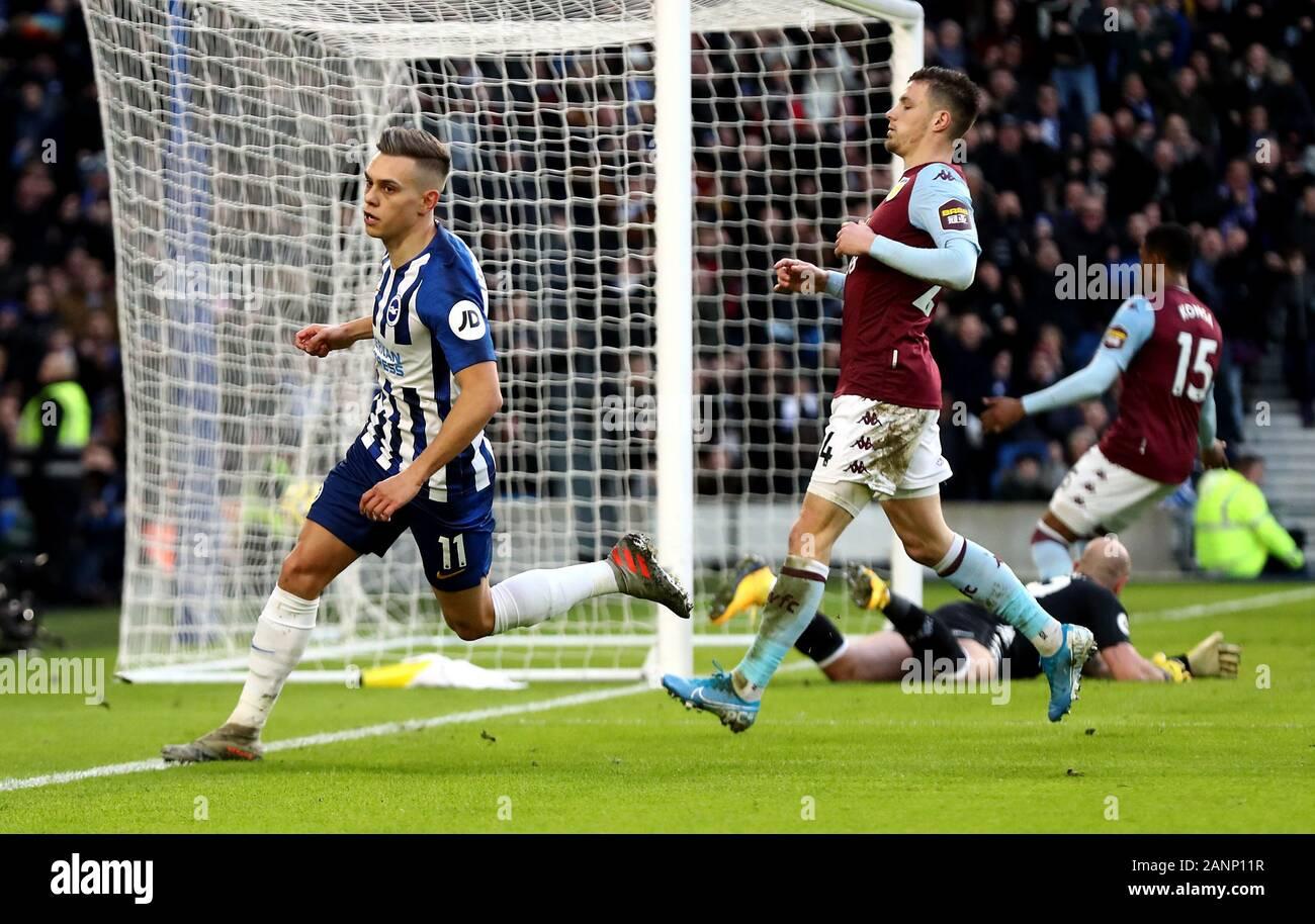 Brighton y Hove Albion es Leandro Trossard celebra su lado anotando el primer gol del partido durante el primer encuentro de Liga en el estadio de AMEX, Brighton. Foto de stock