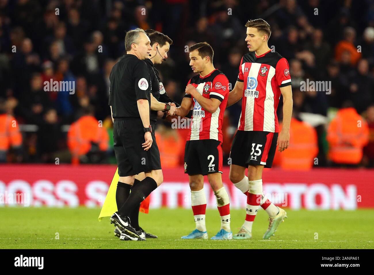 Southampton es Cedric Soares tiene una palabra con árbitro Darren Inglaterra a tiempo completo durante el partido de Liga Premier en St Mary's, Southampton. Foto de stock