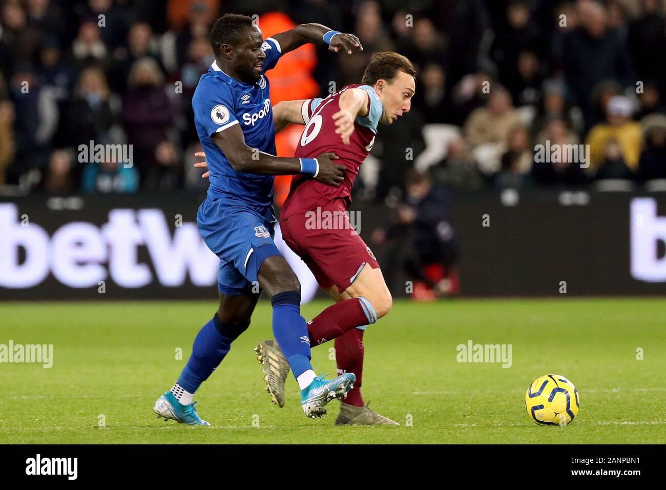 Everton's Oumar Niasse (izquierda) y West Ham United's Mark noble batalla por el balón durante el primer encuentro de Liga en el estadio de Londres. Foto de stock