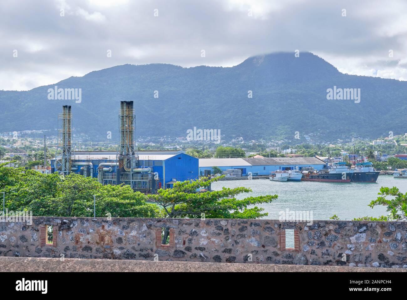 Vista del puerto en Puerto Plata, República Dominicana muestra algunos edificios industriales y barcos. Foto de stock